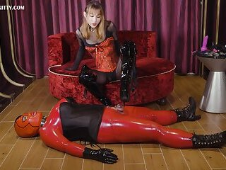AB051 Latex sissy in chastity and fucked by Mistress - BDSM乳胶人妖贞操锁被女王用假阳具抽插